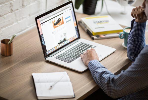 personne travaillant sur un ordinateur sur bureau