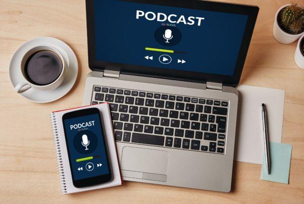 ordi et téléphone en diffusion d'un podcast